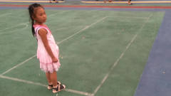 胖妞一家三口来到了体育馆 ,女儿把包一扔说我