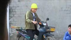 广西老表搞笑视频:老表骑摩托戴头盔,不料被