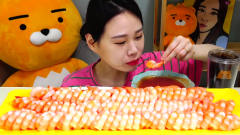 韩国美女大胃王,挑战吃100个虾仁,网友:这哪
