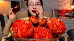 """韩国美女极限挑战,吃""""超辣""""扇贝+鲍鱼,大口"""