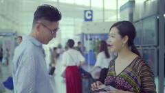 美女去韩国出差,登机前和男友通电话,没想到