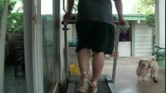 搞笑视频:男子穿女式高跟鞋,在跑步机上走猫