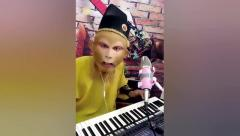 搞笑视频:这泼猴,啥时候开的直播?