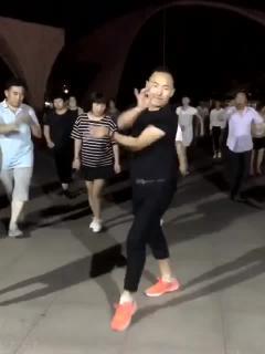 搞笑视频:广场舞这个舞男来了,其他人都是打