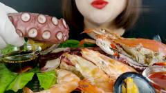 吃播:韩国美女吃货试吃鲍鱼,虎头虾,海蟹,