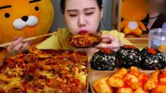 """看着都饿了!韩国美女吃""""芝士肥肠炒年糕+饭团"""