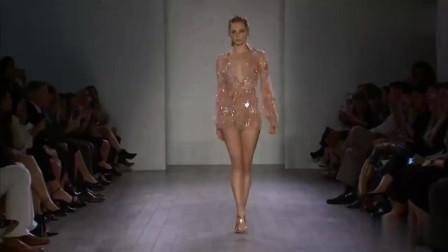 美女时尚:浅色的短裙,点缀着闪亮的亮片,甜