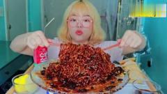 美女吃播大胃王,韩国黑豆炸酱面、煎饺,这么