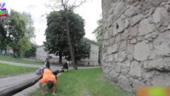 搞笑视频:外国男子玩滑板差点将自己绝后,太