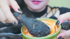韩国美女试吃黑乎乎的鸡腿,这确定不是坏了的
