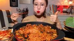 韩国吃播欧尼美女,吃超辣泡面,配上辣泡菜,