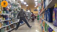 国外两个小哥恶搞,在超市跨步走路,路人:大