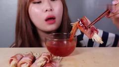 吃播:韩国美女吃货试吃金针菇培根卷,蘸上秘