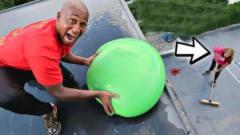 老外恶搞老婆,用水气球偷袭,怕是要跪榴莲