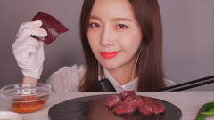 韩国美女吃播:一口吃一大块牛肝,画面让人极