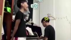 家庭幽默录像:哥哥:你要不是我弟?我就把你