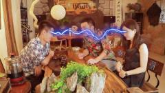 闽南语搞笑视频:小伙看店偶遇老同学,为讨美