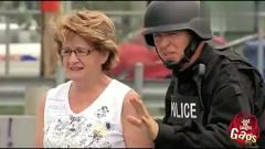 国外恶搞:警察在路人车底发现炸弹,让小孩去