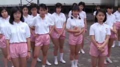 女孩瞧不起体育老师,不料老师示范一动作女孩