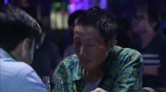 小伙到酒吧看美女跳舞,却舍不得花钱,买一瓶
