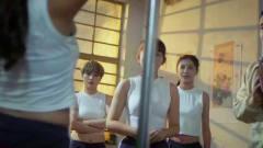 美女们在居民楼跳钢管舞,都不好好学习了