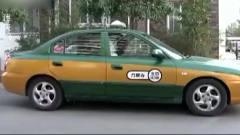 美女着急上班,让出租车师傅把后视镜调开,直