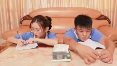 闽南语搞笑视频:小伙追求女同学,热心老板来