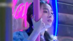 杨幂节目中大跳钢管舞,谁注意魏大勋的举动?