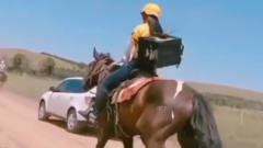 搞笑视频:内蒙果然不一样,人家送外卖的,才