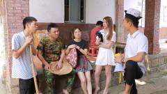 闽南语搞笑视频:小伙带村民去游玩,美女却大
