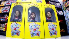 商场玩偶复活了?还冲破盒子跑了出来,恶搞惊
