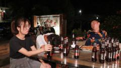 闽南语搞笑视频:小伙吃饭无意开酒,美女老板