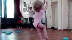 小宝贝跟妈妈去跳钢管舞,没想到跳得比妈妈还
