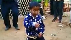 农村孩子搞笑视频,这舞蹈姿势太魔性了,怎么