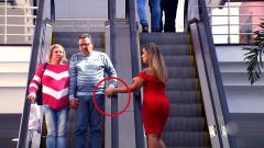 恶搞:女子在电梯上故意摸路人的手,一旁的妻