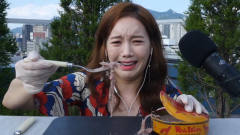 """臭豆腐算什么?韩国女主播挑战""""恶臭鲱鱼罐头"""