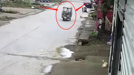 三轮车正常行驶中,监控恰巧拍下离奇车祸的画