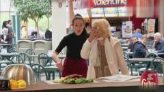 国外恶搞:男子饭桌救活一条烤鱼,这超能力不