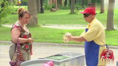 国外恶搞:盲人卖冰淇淋,这波操作让客人怎么