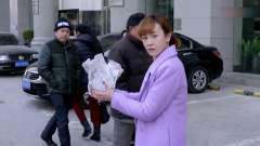 美女拿着一包狗屎从银行出来,不料被劫匪看上