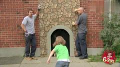 国外恶搞:男孩进入墙壁后消失,路人惊慌了,