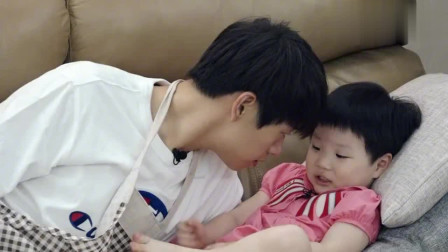 爆笑!魏大勋和老爸哄小孩睡觉太难了,孩子没睡着,自己困到不行!