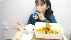韩国吃播:美女吃炸鸡,这颜值成功的吸引了我