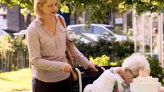 趣味街头恶搞:百岁老人在生日会现场瞌睡不断