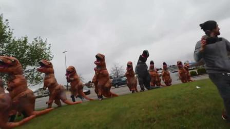 国外奇葩恶搞,街头上演混乱的恐龙集结,结果却不知如何是好