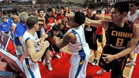 堪称中国篮球史上最大的一起斗殴事件 ,朱芳雨带头,邓华德领衔