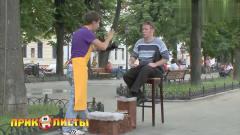 国外恶搞:街头擦鞋,男子携顾客的鞋跑了,顾