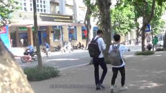 美女街头散步惨遭恶搞,被有心人拿空塑料瓶挂