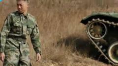 陆战之王:兵王开着坦克英雄救美,美女被迷到
