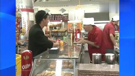 国外恶搞 客人点披萨吃,服务员偷吃被客人发现